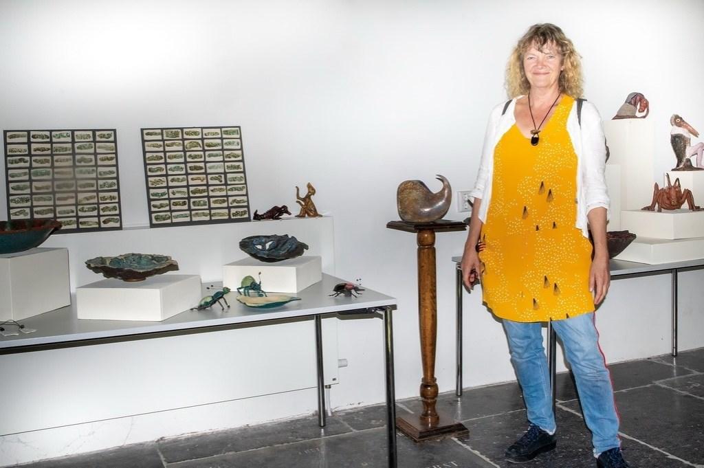 Keramiste Margreet Roorda exposeerde haar werk in de Dorpskerk. Foto: J.P.Kranenburg © uitgeverij Verhagen