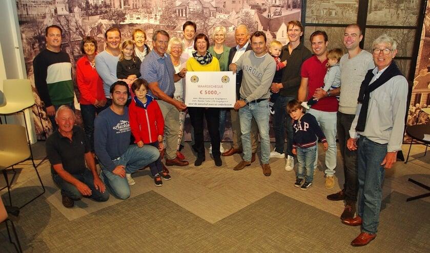 Tafelaars en vertegenwoordigers van het Dorpscentrum met de cheque.