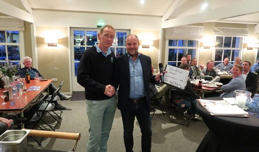S&R-voorzitter Gijsbert Remmelzwaal nam de cheque in ontvangst. | Foto: PR