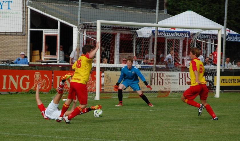 Vlak voor tijd krijgt VSV een penalty na een schouderduw van Stan van Maris. | Foto: Trudy van den Berg