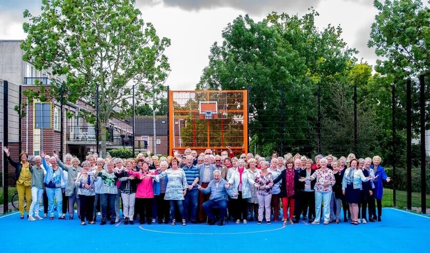 De 90 leden van Young@Heart met middenvooraan dirigente Annemiek de Groot. | Foto: J.P. Kranenburg