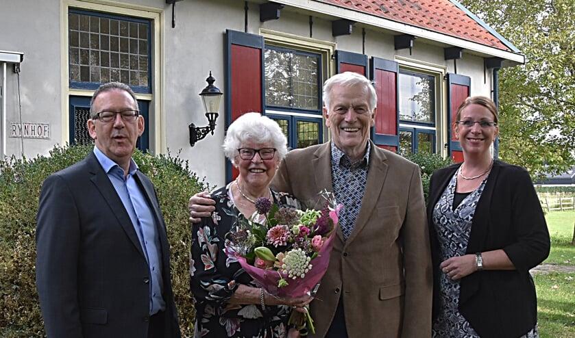 Burgemeester Carla Breuer en wethouder Rob ten Boden kwamen het echtpaar feliciteren. | Foto: PvK