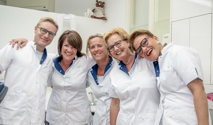 Jan Domburg met zijn team, v.l.n.r. assistente Karin van Schagen, mondhygiëniste Judith Hunting en assistentes Joke Klein en Marianne van Eijk.