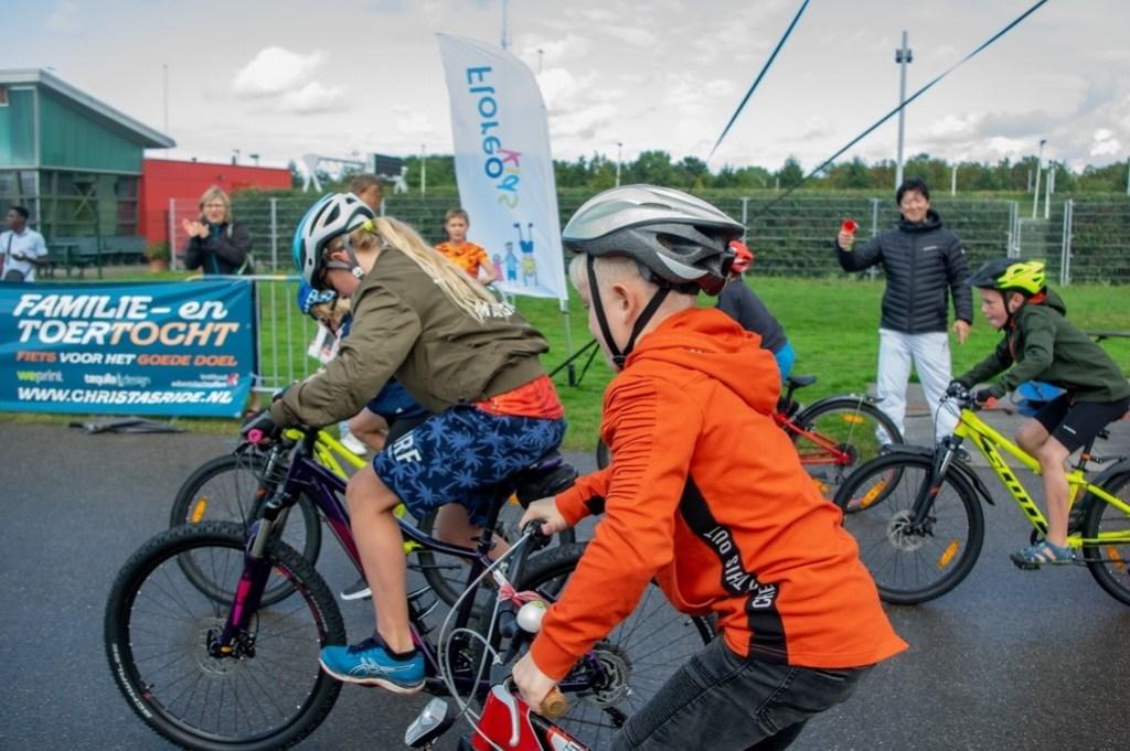 Sponsor Paul Catsburg van Sport2000 lost het startschot voor een groepje dikkebandenracers.  Foto: J.P.Kranenburg © uitgeverij Verhagen