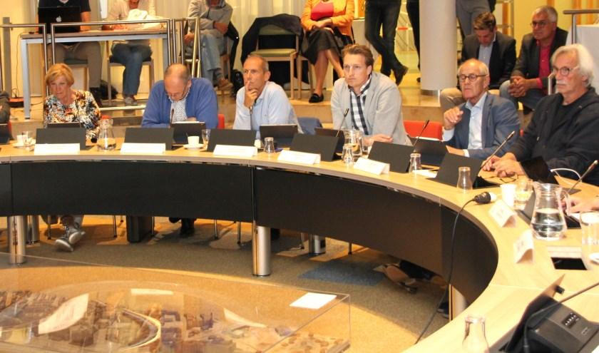 De commissie vindt dat over de problemen rond tekorten in Offem Zuid  niet geheimzinnig moet worden gedaan.