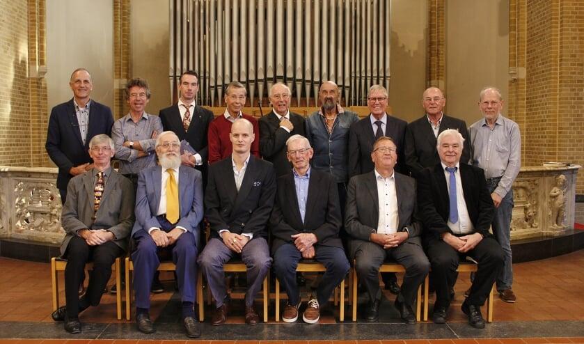 Het bijna complete koor, aangevuld met enkele enthousiaste zangers, waaronder diverse oud-leden.