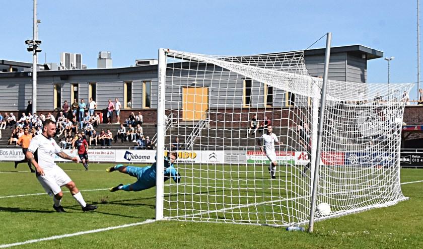 Jaap van Duijn schiet de enige en winnende treffer binnen.   Foto: PR