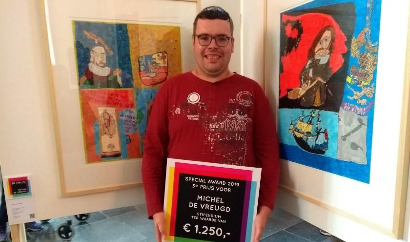 Rechts achter Michel hangt zijn winnende kunstwerk. | Foto: pr