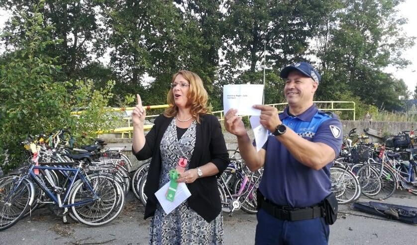 Burgemeester Carla Breuer wijst de eerste vijf fietsen toe aan Repaircafé Teylingen. | Foto: PR
