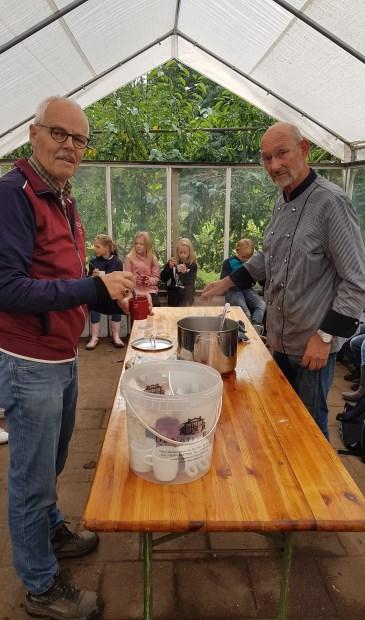 De kinderen hebben al soep, voorzitter Joop van Huut van de schooltuinen (links) krijgt ook een kopje van meesterkok Bram.