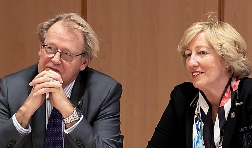 Commissaris van de Koning Jaap Smit en burgemeester Laila Driessen tijdens de persconferentie na afloop van een werkbezoek van Smit aan Leiderdorp. | Foto: J.P. Kranenburg
