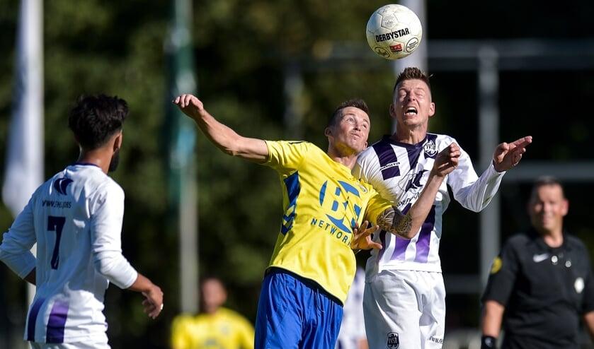 Ties Evers in duel met Jeffrey Klijbroek van FC Lisse.   Foto: OrangePictures