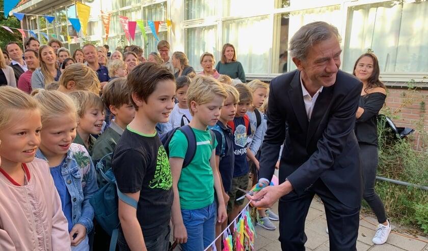 De nieuwe, tijdelijke schoollokalen werden door wethouder Matthijs Huizingfeestelijk geopend.