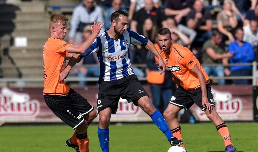 Martin van Eeuwijk probeert langs Max Veerman van jong FC Volendam te komen. | Foto: Orange Pictures