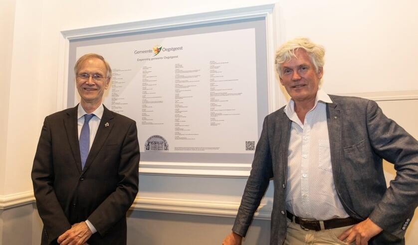 Ereburgers wethouder Jan Nieuwenhuis en Wil van Elk presenteerden de lijst, die in het eerste halletje van het raadhuis hangt.