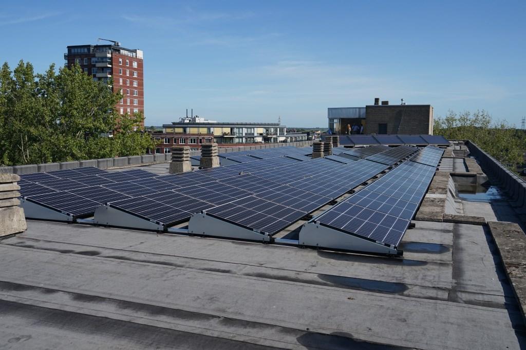73 gloednieuwe zonnepanelen op het dak van de Merelstraat 184-304.  Foto: Corrie van der Laan © uitgeverij Verhagen