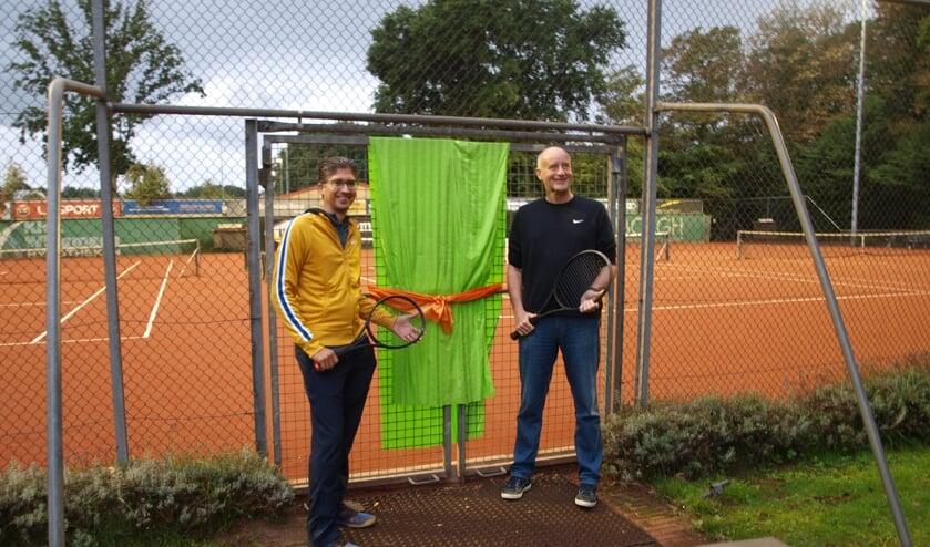 Wethouder Arno van Kempen en voorzitter Diego Wever (SVV) openen het hek naar de drie vernieuwde tennisbanen. | Foto: Piet de Boer