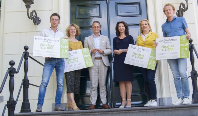 Vanaf links: Mark Berger, Jolijn Koopmans, Jelle Smit, wethouder Jacco Knape (Katwijk), wethouder Karin Hoekstra (Hillegom), Yvonne van der Hulst en Loek van Noort. ! Foto: pr