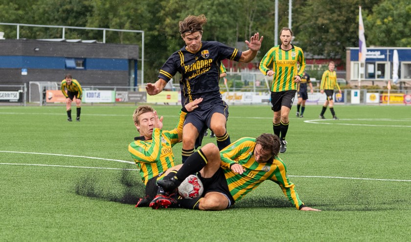 Harm-Jaap Boerma wordt gestopt door twee verdedigers.