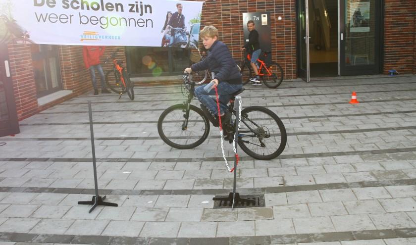 Verschillende leerlingen lieten zien hoe vaardig ze op de fiets zijn.