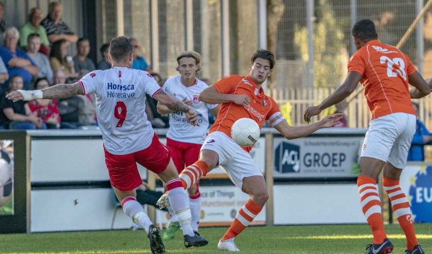 Tiel Bart Westerlaken (R) van TEC in gevecht met Nick van Staveren. | Foto: OrangePictures