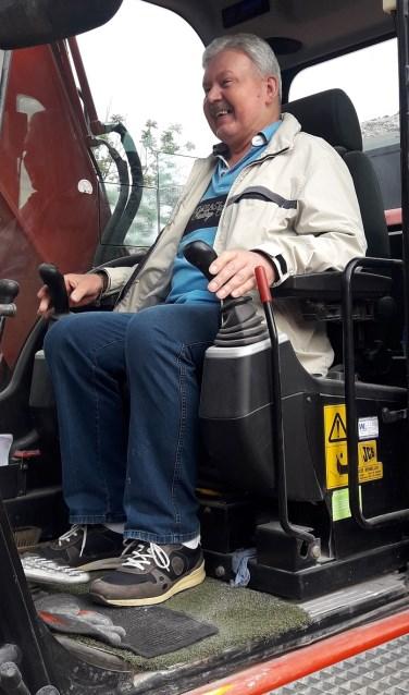 Herman, oud-inwoner van de Duinrand, mag de 'sloopapparatuur' even gebruiken. | Foto: Wendy Plug  © uitgeverij Verhagen