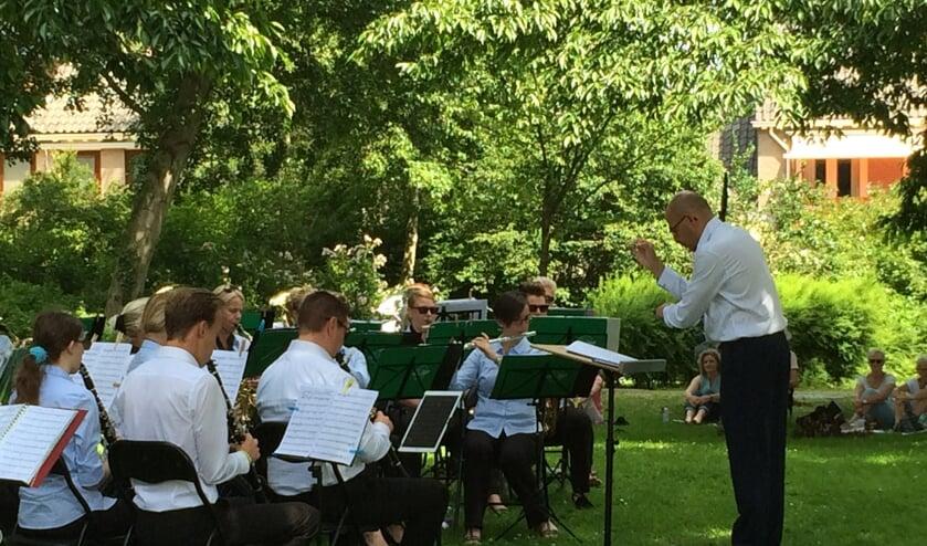 Tijdens het picknickconcert van Da Capo in het Mondriaanpark konden bezoekers al zien hoe de dirigent zijn orkest 'bespeelt'.