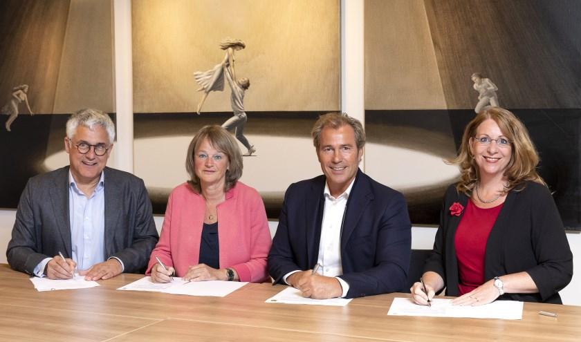 De burgemeesters van Noordwijk, Lisse en Teylingen, ondertekenen de overeenkomst met Dirk Bouman van Uitgeverij Verhagen. | Foto: Sven van der Vlugt