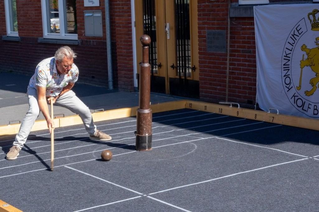 Een instructeur van de Koninklijke Nederlandsche Kolfbond laat zien hoe je kolf speelt. Foto: J.P.Kranenburg © uitgeverij Verhagen