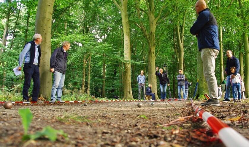 De paden van Oud-Poelgeest leenden zich uitstekend voor een jeu de boules-toernooi.