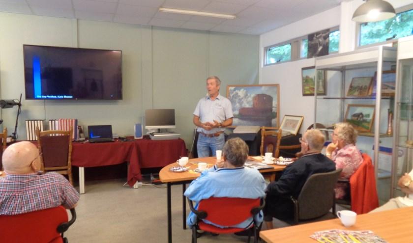 Cok van Steijn van de Historische Kring Voorhout gaf een presentatie.| Foto: PR