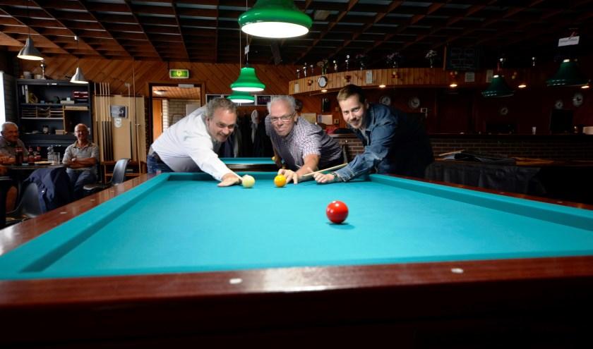 Vanaf links: wethouder Jan van Rijn, Ton Weijers en Arend Kranenburg. | Foto: pr