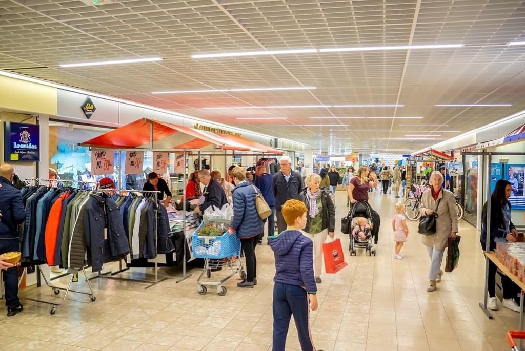 De jaarmarkt was doorgetrokken in Winkelhof waar het druk en gezellig was. Foto: J.P. Kranenburg © uitgeverij Verhagen