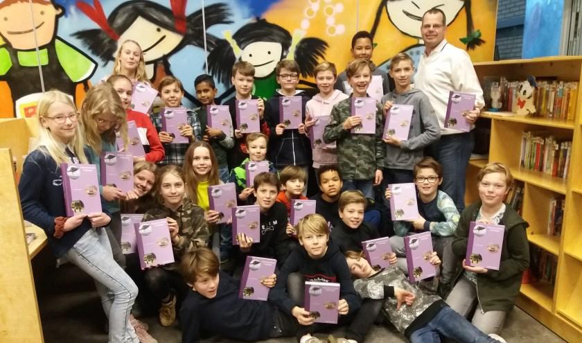 Leerlingen van het Bolwerk krijgen het Veteranenboek van auteur Joep Derksen (r).