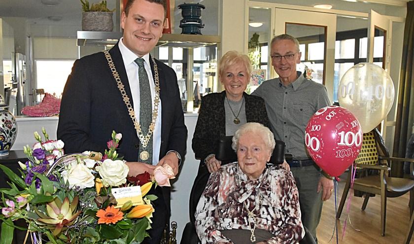 Mevrouw Heiltje Kruger vierde haar 100ste verjaardag.   Foto: P. van Kampen.