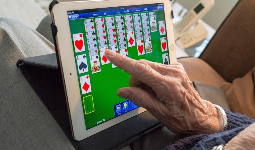 Op een tablet kun je internetten, maar ook spelletjes doen, foto's bewerken en bekijken en nog veel meer.
