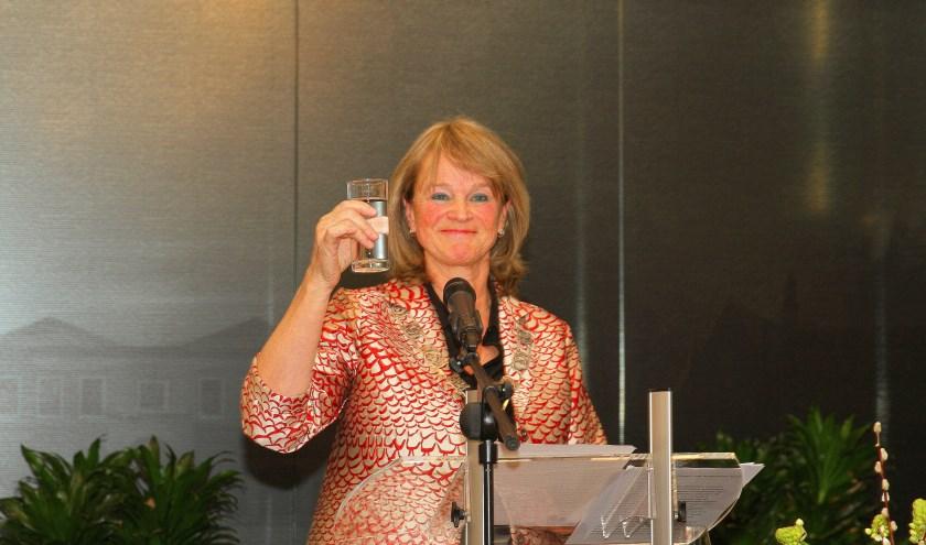 Lies Spruit heft het glas op een mooi 2020, samen met alle aanwezigen op de nieuwjaarsreceptie.