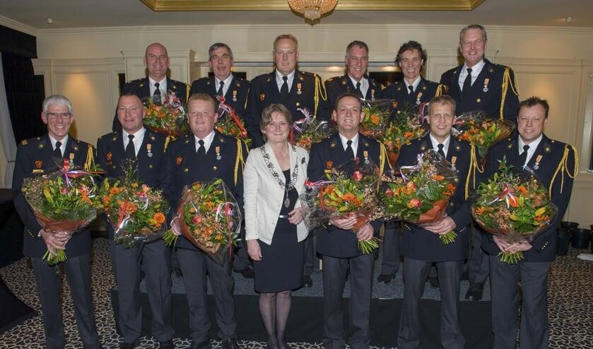 Elf brandweerlieden ontvingen een koninklijke onderscheiding. | Foto: Willem Krol