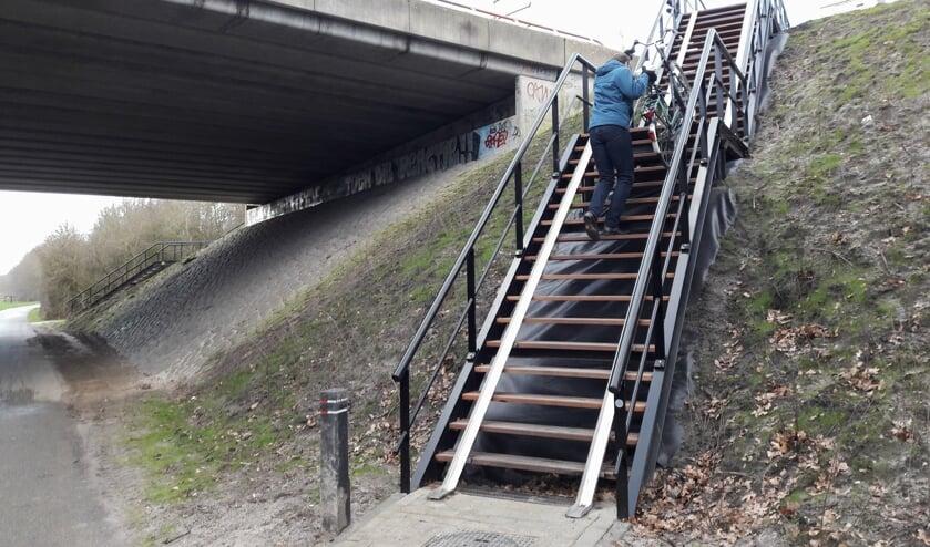 Met de fiets aan de hand naar boven op de steile trap is een flinke opgave. | Foto: MV