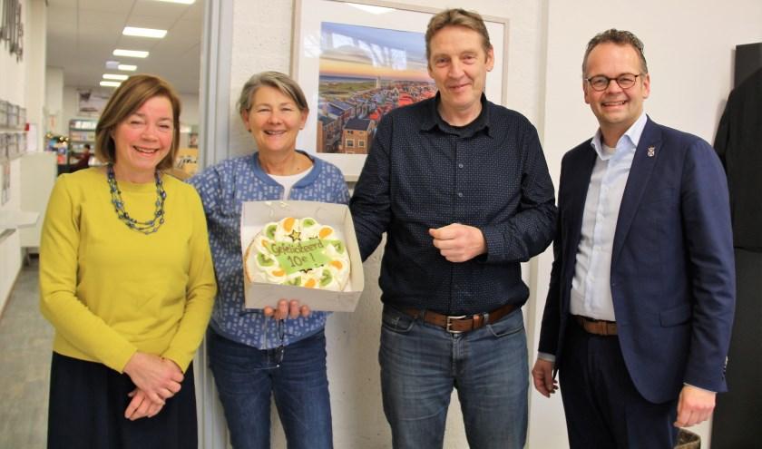 Wethouder Jacco Knape (rechts) met bibliotheekdirecteur Jan Klerk en medewerkers Martine Schreuder en Ineke Blom (links).   Foto: pr