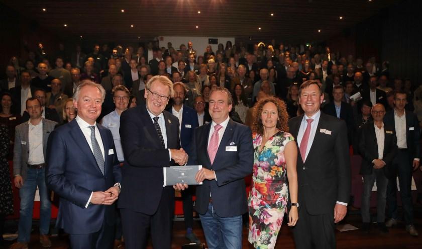 Commissaris van de Koning Provincie Zuid Holland Jaap Smit neemt het eerste 'Manifest van de regio' in ontvangst uit handen van wethouder Jan van Rijn (Gemeente Hillegom), bijgestaan door voorzitter Jan Bout (EBDB), directeur Lars Flinkerbusch (EBDB) en dagvoorzitter Esther van der Voort.
