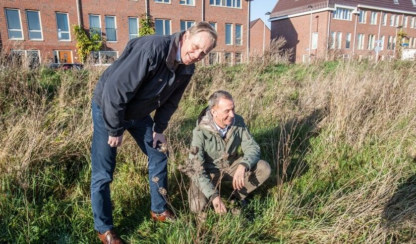 Wout Janssens en André van den Bos op de plek waar het Bomenasiel kan komen. | Foto Adrie van Duijvenvoorde