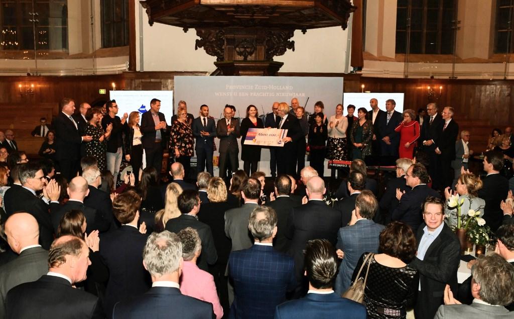 Commissaris van de Koning Jaap Smit reikt een cheque uit aan 25 organisaties die activiteiten gaan organiseren in het kader van 75 jaar vrijheid.  PR © uitgeverij Verhagen