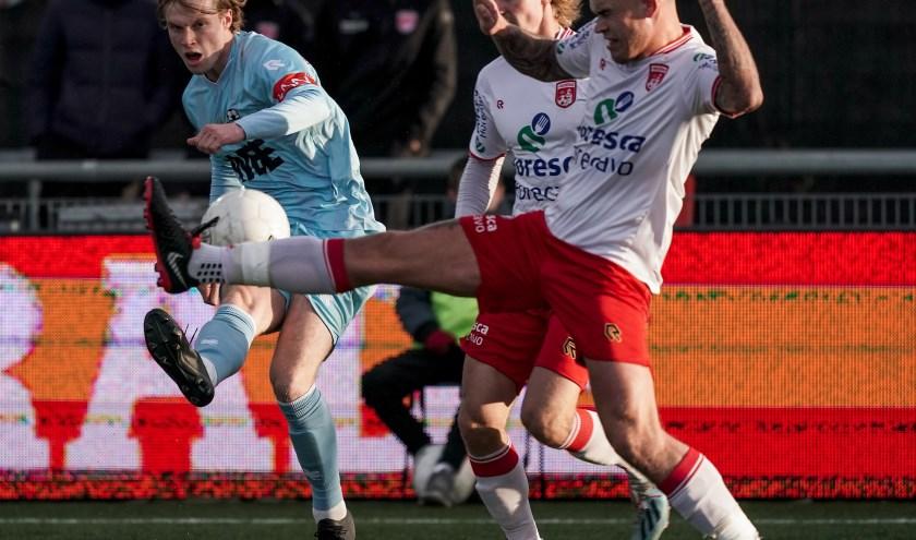 Vincent Dani van der Moot van Rijnsburgse Boys in gevecht met Nick van Staveren. | Foto: OrangePictures
