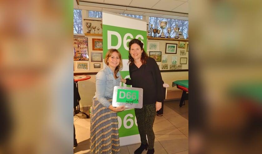 Jolijn Kouwenhoven (l) werd afgelopen zondag uitgeroepen tot D66-vrijwilliger van het jaar 2019. Voorzitter Carina Bos reikt de D66 terugblik uit.