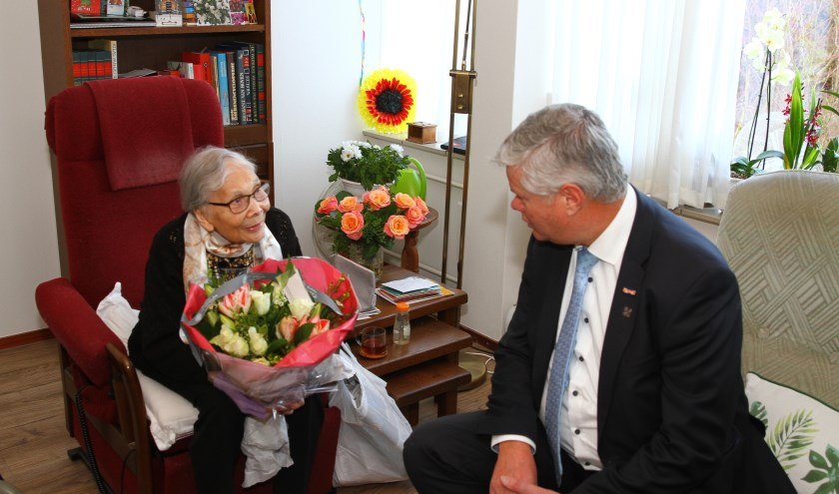 De eeuwelinge in gesprek met wethouder Kees van der Zwet.