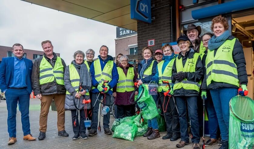 De Straatjutters Leiderdorp, geholpen door wethouder Rik van Woudenberg (2e van links), hebben vrijdag weer zakken vol zwerfafval geraapt.