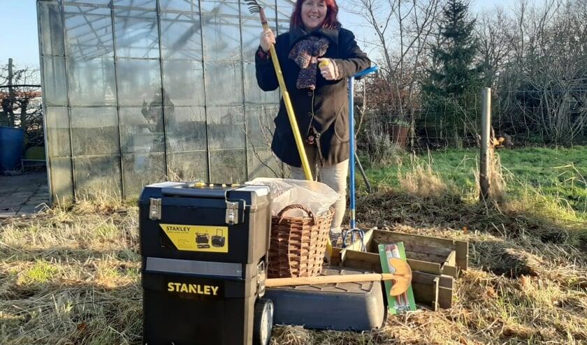 Marga Maillé maakt met gebruikt tuingereedschap een 'Groeituin'. | Foto: pr