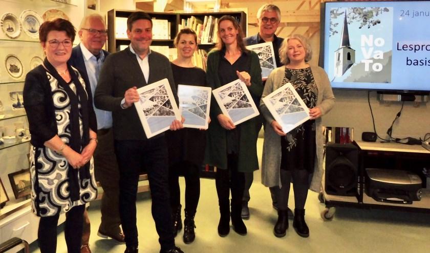Dennis Salman en Sjaak vd Berg samen met Dorien Stuivenberg (Prinsenhof), Xandra Mahieu (Regenboog) en Mariken Langbroek (Victorschool).| Foto: pr