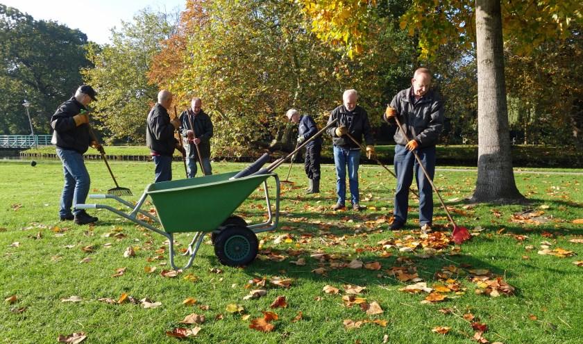 Vrijwilligers van de woensdagploeg verwijderen de vele gevallen bladeren. | Foto: pr./Kees Guldemond